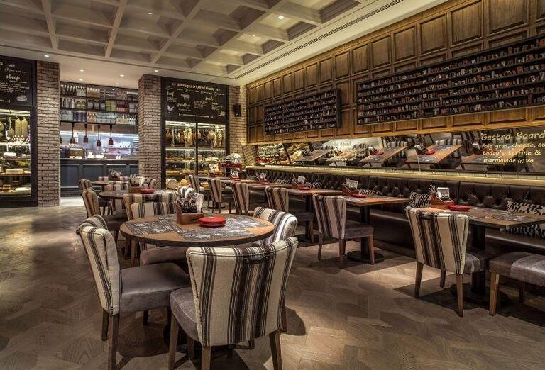 Posedenie v reštaurácii hotela Amwaj Rotana Jumeirah Beach Residence
