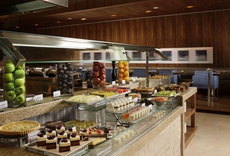 Ponuka bohatých švédskych stolov v hoteli Amwaj Rotana Jumeirah Beach Residence