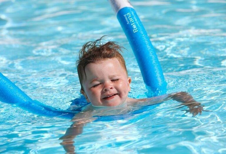 Zábava detí v bazéne hotela Amwaj Rotana Jumeirah Beach Residence