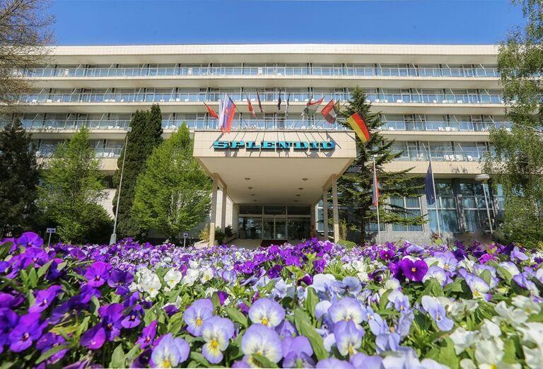 Kvety pred hotelom Spa Hotel Splendid