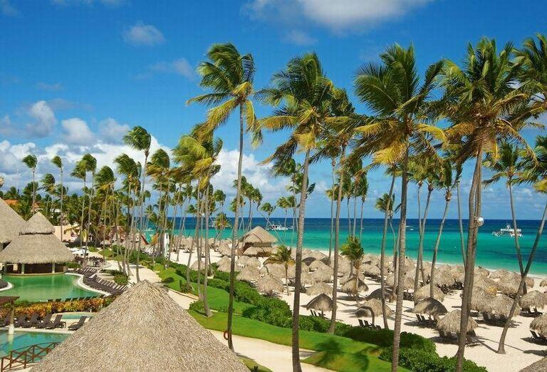 Pohľad na pláž a more pred hotelom Now Larimar Punta Cana