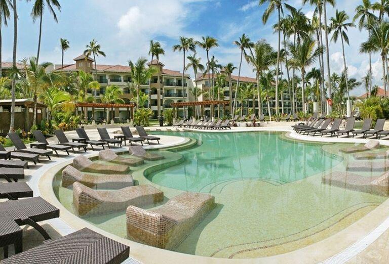 Bazén s lehátkami vo vode v hoteli Now Larimar Punta Cana