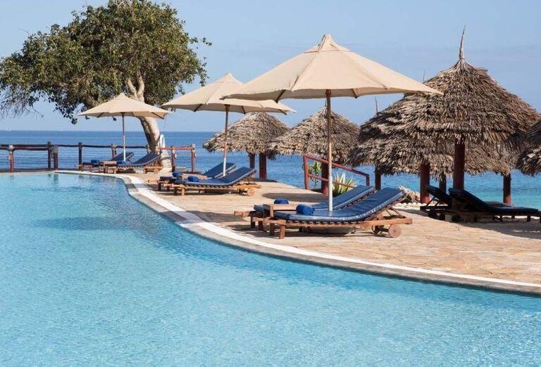 Bazén s výhľadom na more v hoteli Royal Zanzibar