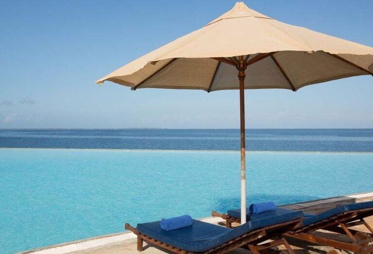 Oddych pri bazéne v hoteli Royal Zanzibar