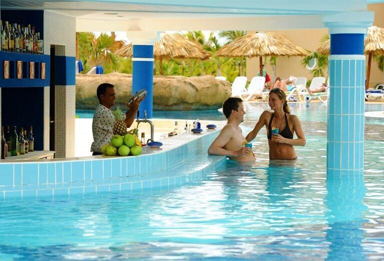 Dvojica v bazéne pri bare hotela Iberostar Laguna Azul