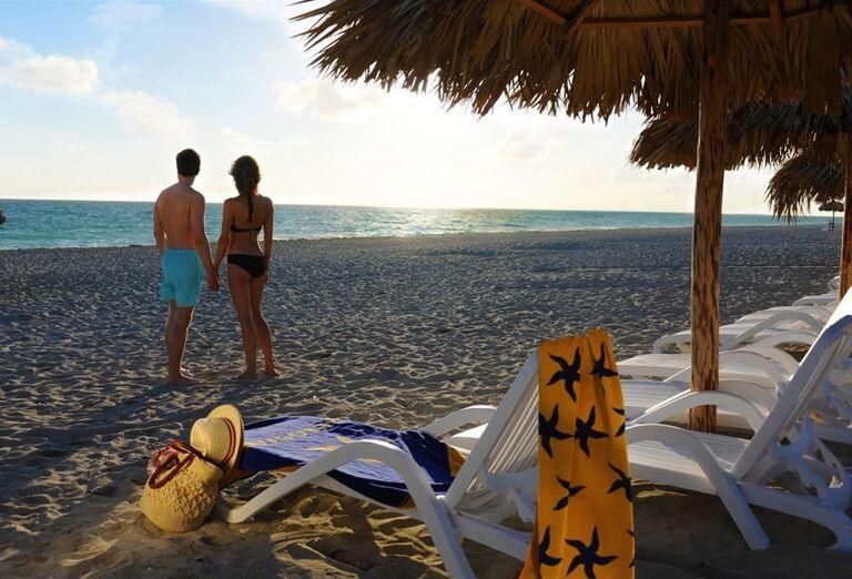 Pár na pláži hotela Iberostar Laguna Azul