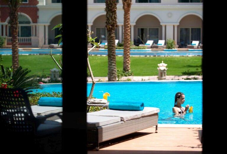 Ležadlá pri bazéne v hoteli Baron Palace Resort