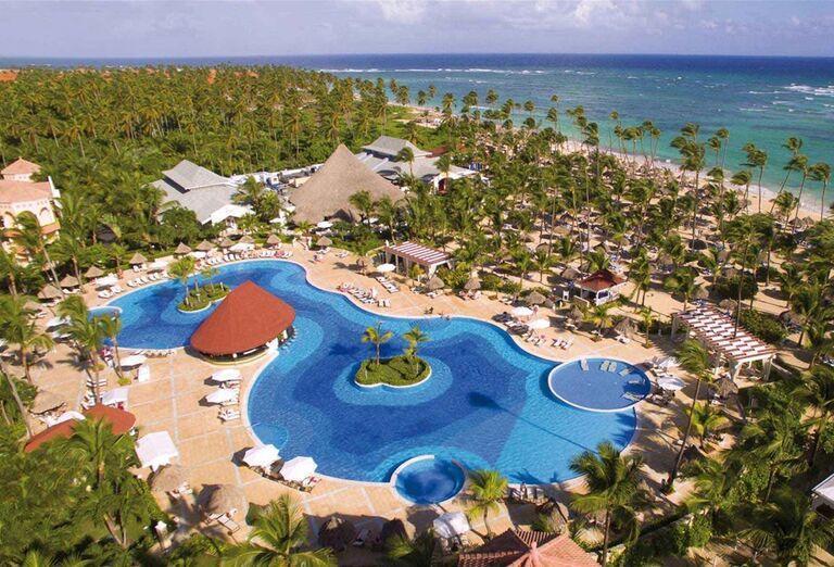 Pohľad z výšky na bazén v hoteli Luxury Bahia Principe Ambar
