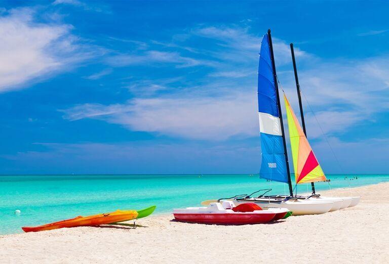 Vodné športy na pláži pred hotelom Luxury Bahia Principe Ambar
