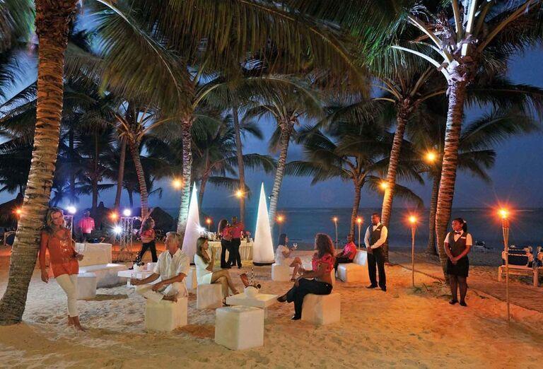 Večerný program pri pláži v hoteli Luxury Bahia Principe Ambar