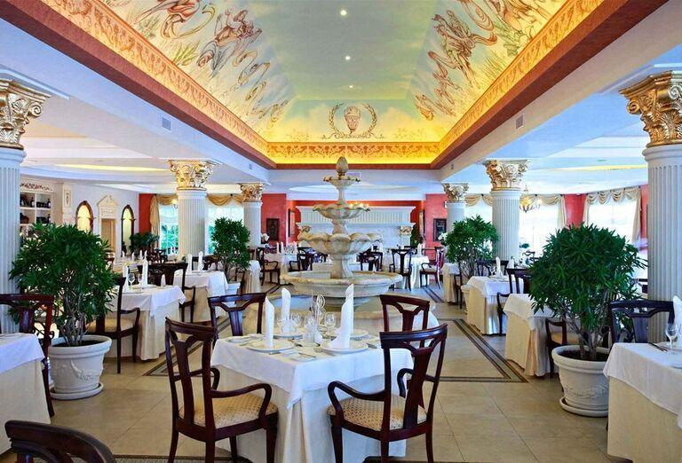 Posedenie v reštaurácii hotela Luxury Bahia Principe Ambar