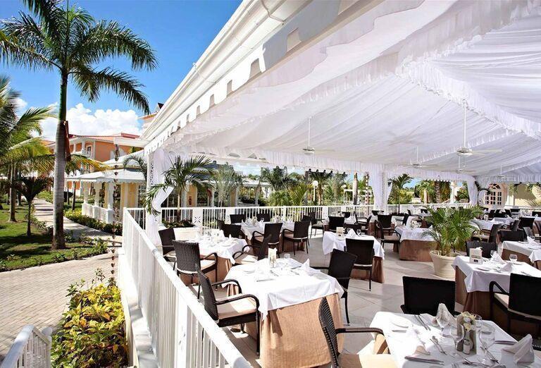 Vonkajšia krytá terasa v hoteli Luxury Bahia Principe Ambar