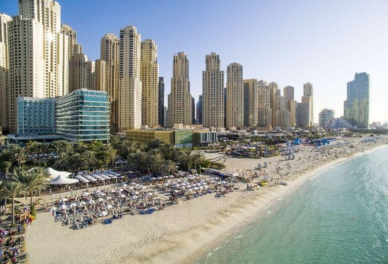 Pohľad z výšky na ubytovanie a pláž