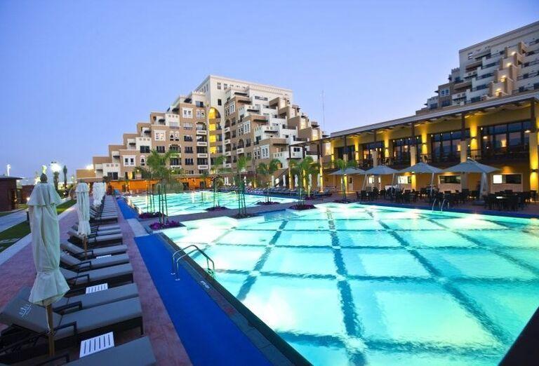 Pohľad od bazéna na hotel Rixos Bab Al Bahr