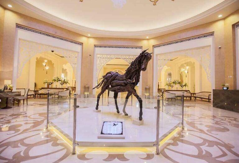 Vystavená socha koňa v hoteli Rixos Bab Al Bahr