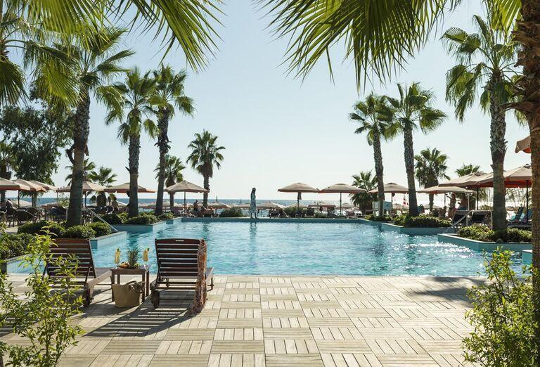 Bazén s ležadlami v hoteli Abaton Island Resort & Spa