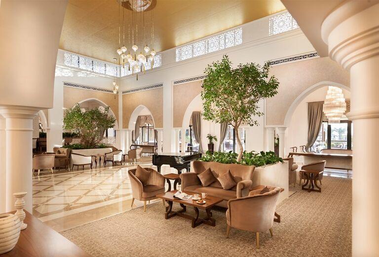 Vstupná hala s klavírom v hoteli Rixos Bab Al Bahr