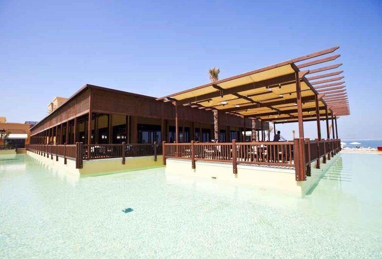 Reštaurácia nad bazénom hotela Rixos Bab Al Bahr