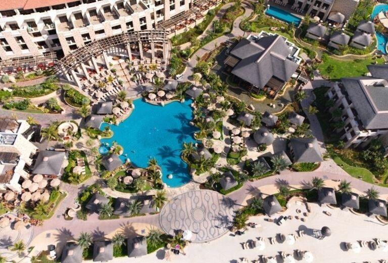 Pohľad z výšky na areál hotela Sofitel Dubai The Palm Resort & Spa