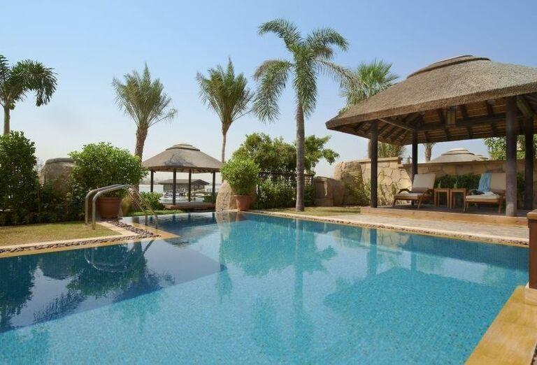 Bazén s terasou v príjemnou chládku v hoteli Sofitel Dubai The Palm Resort & Spa