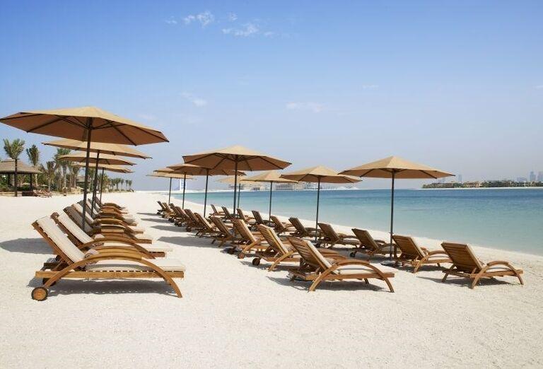 Pohľad na pláž pred hotelom Sofitel Dubai The Palm Resort & Spa