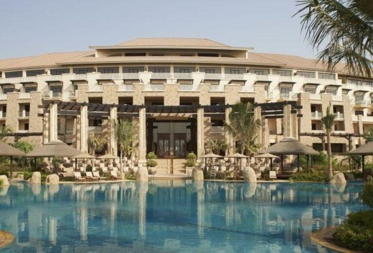 Pohľad od bazéna na hotel Sofitel Dubai The Palm Resort & Spa
