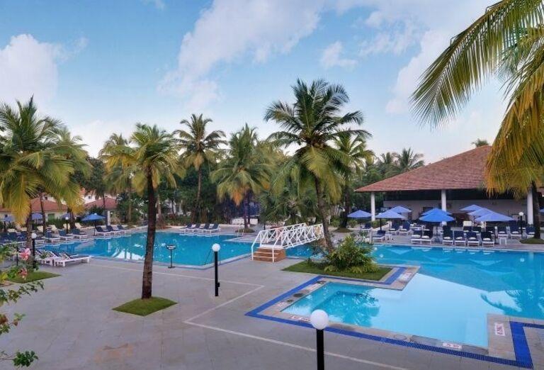 Bazén s mostíkom v hoteli Novotel Goa Resort Dona Sylvia