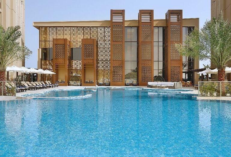 Pohľad od bazéna na časť hotela Doubletree by Hilton Resort & Spa Marjan Island