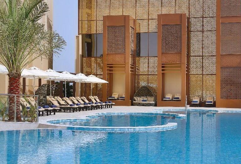 Pohľad od bazéna na hotel Doubletree by Hilton Resort & Spa Marjan Island