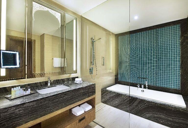 Luxusná kúpeľňa v hoteli Doubletree by Hilton Resort & Spa Marjan Island