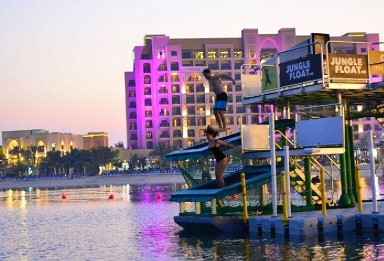 Skákanie do mora pri hoteli Doubletree by Hilton Resort & Spa Marjan Island