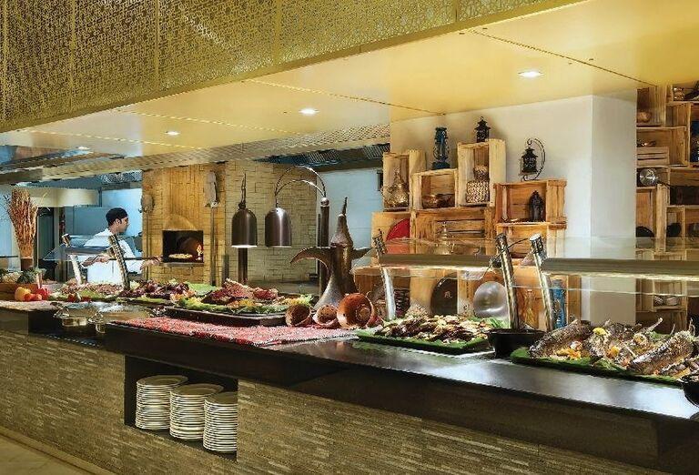 Švédske stoly v hoteli Doubletree by Hilton Resort & Spa Marjan Island