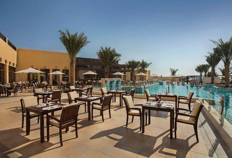 Vonkajšie posedenie pri bazéne v hoteli Doubletree by Hilton Resort & Spa Marjan Island