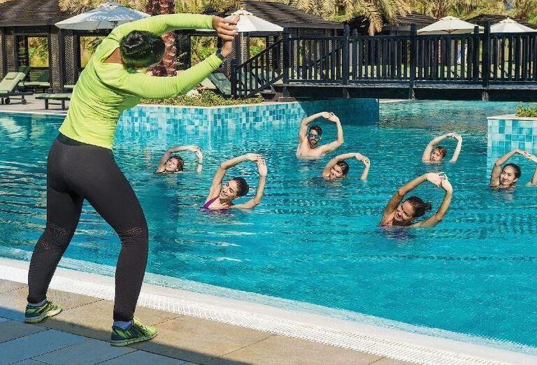Ranné cvičenie v bazéne hotela Doubletree by Hilton Resort & Spa Marjan Island