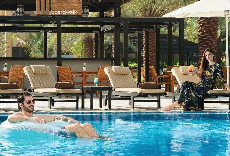 Párik pri bazéne v hoteli Doubletree by Hilton Resort & Spa Marjan Island