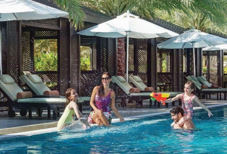 Rodinka užívajúca si bazén hotela Doubletree by Hilton Resort & Spa Marjan Island