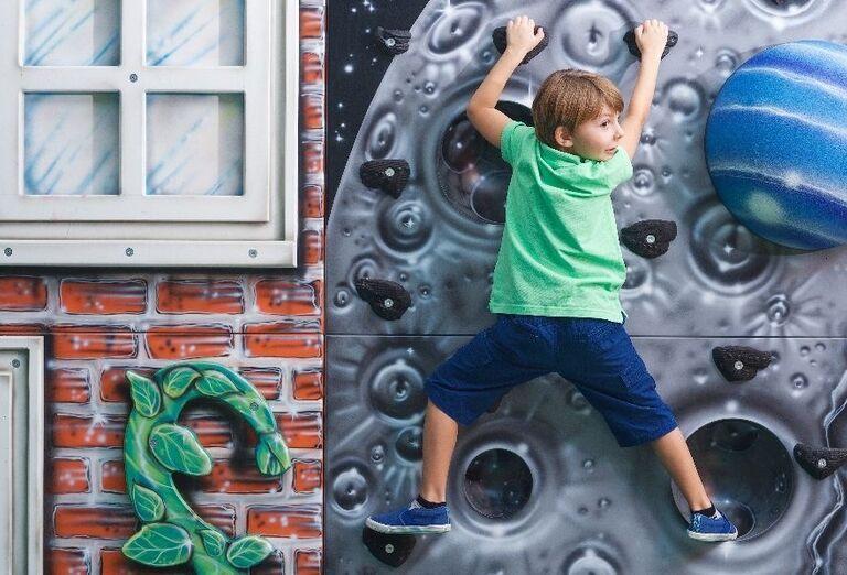 Lezecká stena pre deti v hoteli Doubletree by Hilton Resort & Spa Marjan Island