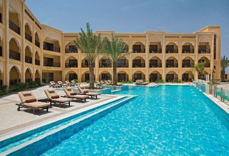 Bazén s ležadlami pred hotelom Doubletree by Hilton Resort & Spa Marjan Island