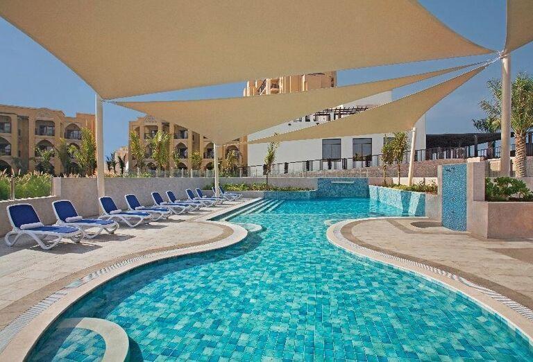 Bazén poskytujúci chládok v hoteli Doubletree by Hilton Resort & Spa Marjan Island
