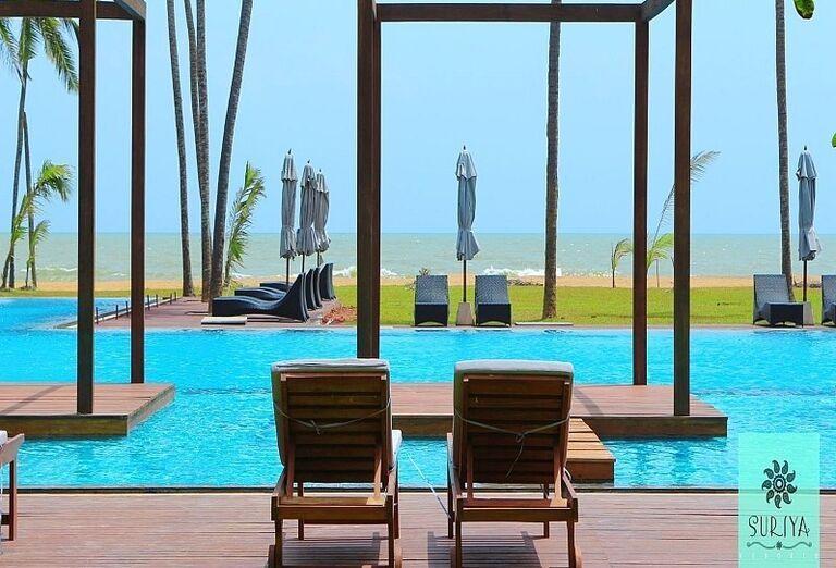 Lehátka pri bazéne hotela Suriya Luxury Resort