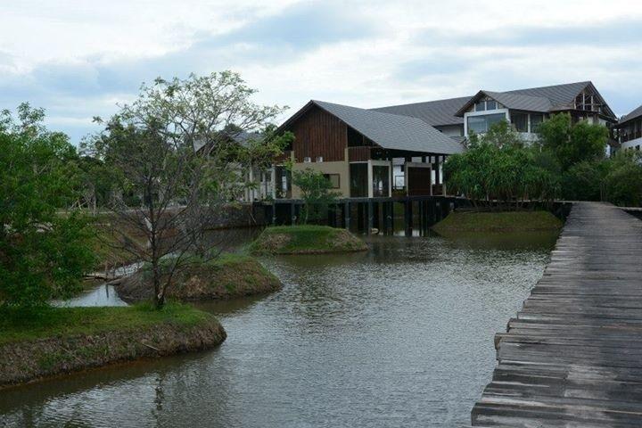 Chodník k hotelu Suriya Luxury Resort