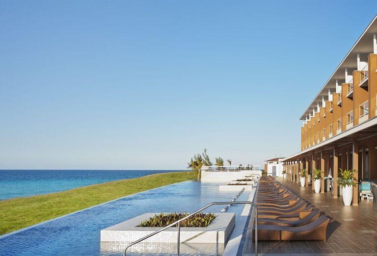 Bazén s výhľadom na more v hoteli Ocean Vista Azul by H10