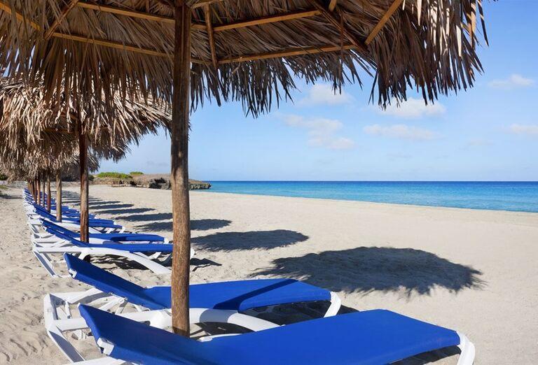 Lehátka na pláži pre hotelom Ocean Vista Azul by H10