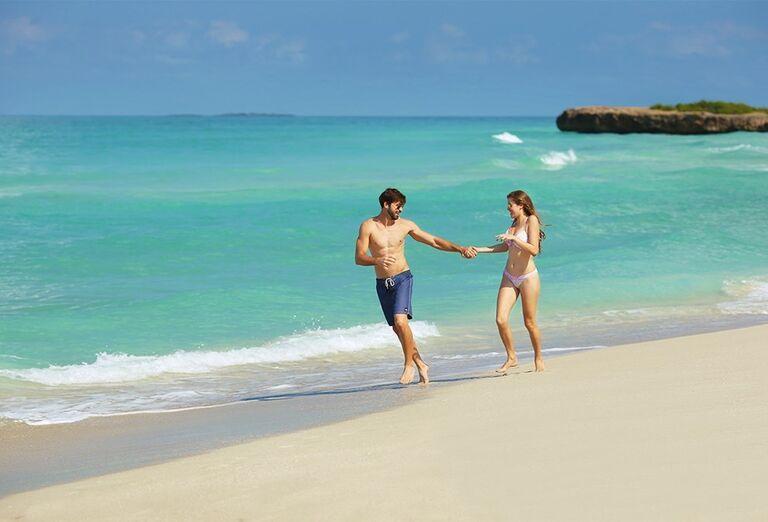 Dvojica na prechádzke po pláži hotela Ocean Vista Azul by H10