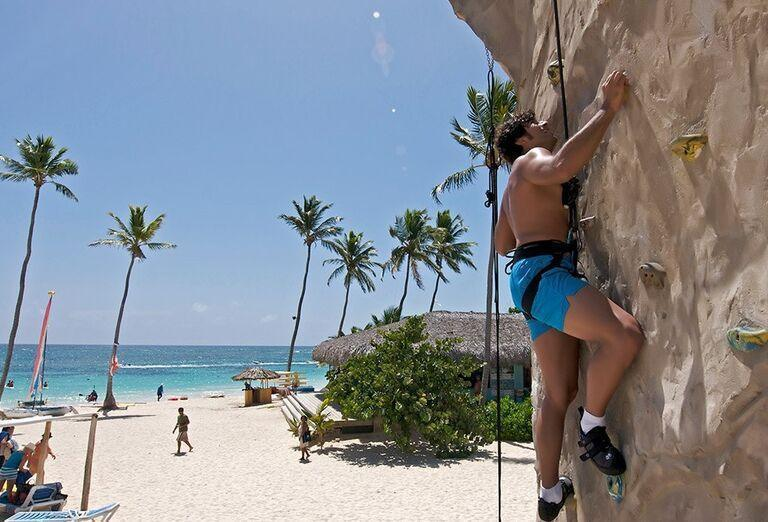 Lezecká stena na pláži pred hotelom Ocean Vista Azul by H10