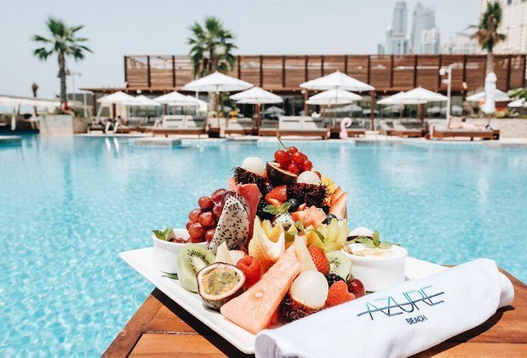 Ovocná misa pri bazéne v hoteli Rixos Premium Dubai