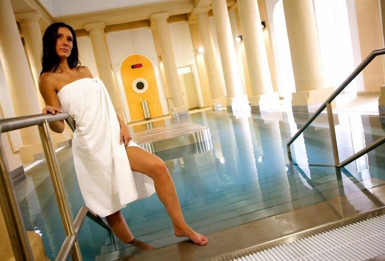 Žena pri vnútornom bazéne