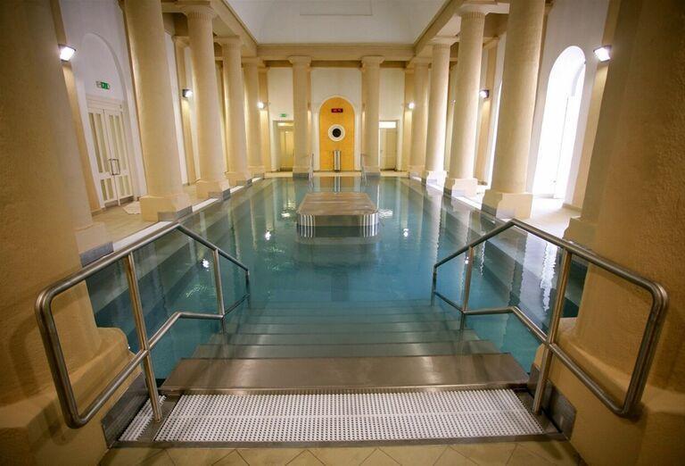 Vnútorný bazén v kúpeľnom hoteli Pax