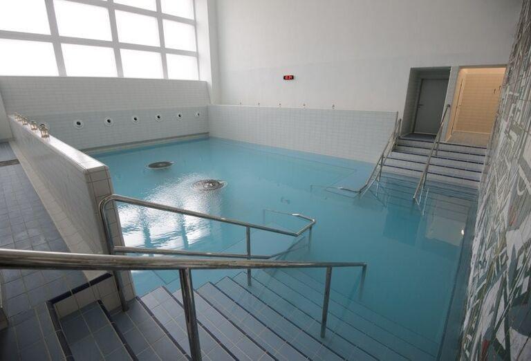 Menší vnútorný bazén v kúpeľnom hoteli Pax