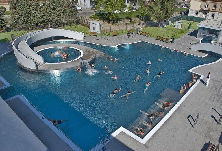 Vonkajší bazén v kúpeľnom hoteli Pax